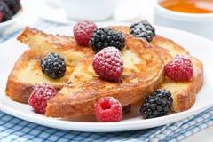 Pain grillé français avec les baies fraîches et le sucre en poudre, plan rapproché photographie stock libre de droits