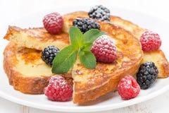 Pain grillé français avec les baies fraîches, la menthe et le sucre en poudre Photo stock