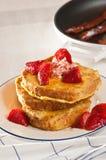 Pain grillé français bourré avec les fraises fraîches photographie stock libre de droits