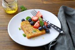 Pain grillé français de petit déjeuner avec des baies image libre de droits