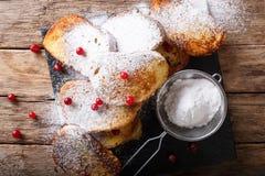 Pain grillé français doux avec du sucre en poudre et des canneberges en gros plan photographie stock