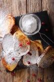 Pain grillé français doux avec du sucre en poudre et des canneberges en gros plan photographie stock libre de droits