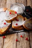 Pain grillé français doux avec du sucre en poudre et des canneberges en gros plan images stock
