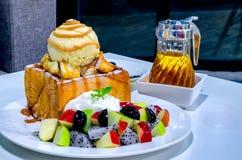 Pain grillé fruité de miel avec la crème fouettée et la crème glacée  Photo libre de droits