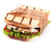 Pain grillé grillé avec un remplissage de poulet et de salade Images stock