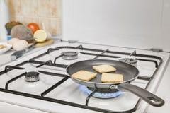 Pain grillé grillant la casserole Image libre de droits