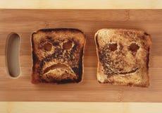 Pain grillé heureux et triste photo stock