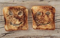 Pain grillé heureux sur un vieil en bois images stock