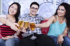 Pain grillé multiracial d'amis avec de la bière Photographie stock