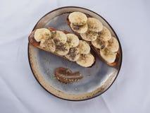 Pain grill? avec la banane, le chocolat et les pistaches photos stock