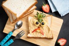 Pain grill? de beurre d'arachide pour des enfants photographie stock