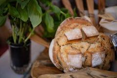 Pain italien cuit au four frais bien présenté photographie stock