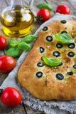 Pain italien de focacce avec les olives noires Images stock