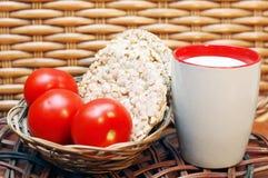Pain, lait et tomates Photo stock