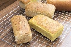 Pain mélangé de beaucoup de pains faits maison sur la table en bois Image libre de droits