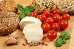 Pain, mozzarella, tomates Images libres de droits