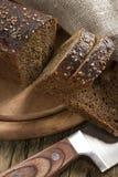 Pain noir avec des graines de sésame Photos libres de droits