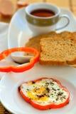 Pain, oeuf et thé - petit déjeuner photo stock
