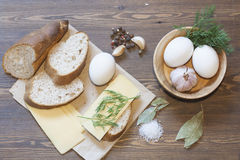 Pain, oeufs, fromage, légumes et épices Images libres de droits