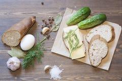 Pain, oeufs, fromage, légumes et épices Photographie stock