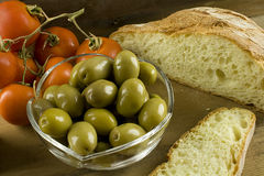 Pain, olives et tomates Images stock