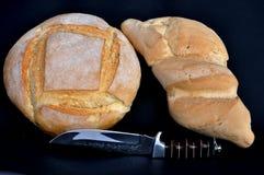 pain, petit pain et couteau Image stock