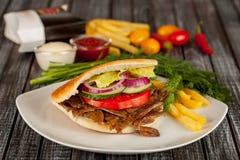 Pain pita avec de la viande et les légumes grillés Photos libres de droits