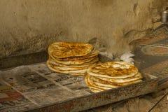Pain pita d'Atandoor après des mensonges de cuisson dans un plateau images libres de droits