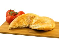 Pain pita et tomates sur le conseil en bois d'isolement sur le fond blanc image stock