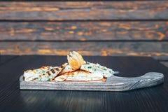 Pain pita grillé avec du fromage sur un conseil en bois photos libres de droits