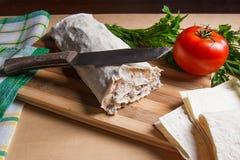 Pain pita ou lavash enveloppé avec le fromage blanc ou le lait caillé, chicke Photos stock