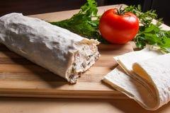 Pain pita ou lavash enveloppé avec le fromage blanc ou le lait caillé, chicke Photo libre de droits