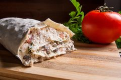 Pain pita ou lavash enveloppé avec le fromage blanc ou le lait caillé, chicke Images libres de droits