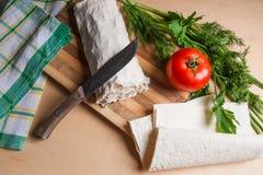 Pain pita ou lavash enveloppé avec le fromage blanc ou le lait caillé, chicke Photographie stock libre de droits