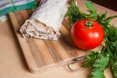 Pain pita ou lavash enveloppé avec le fromage blanc ou le lait caillé, chicke Photos libres de droits