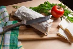 Pain pita ou lavash enveloppé avec le fromage blanc ou le lait caillé, chicke Images stock