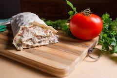 Pain pita ou lavash enveloppé avec le fromage blanc ou le lait caillé, chicke Image libre de droits