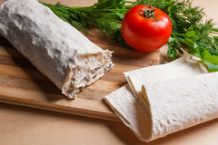 Pain pita ou lavash enveloppé avec le fromage blanc ou le lait caillé, chicke Image stock