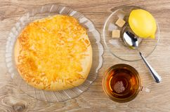 Pain plat avec du fromage en plat, thé, citron et sucre Images libres de droits