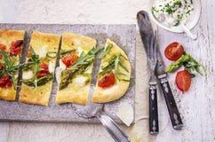 Pain plat avec du mozzarella et l'asperge Image stock