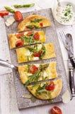 Pain plat avec du mozzarella et l'asperge Image libre de droits