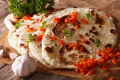 Pain plat de Naan d'Indien avec le macro d'ail et de poivre horizontal image stock
