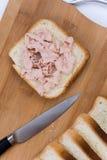 Pain plat de pain grillé de configuration avec le pâté et le couteau de cuisine images stock