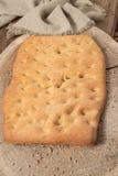 Pain plat italien typique avec de la farine complète Photos stock