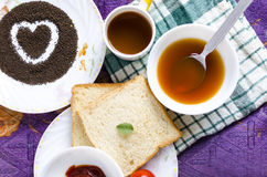 Pain sain de potage aux légumes de thé de petit déjeuner d'amour Images libres de droits