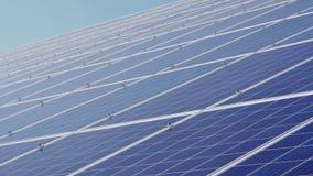 Pain?is solares contra o c?u azul profundo Energia alternativa vídeos de arquivo