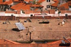 Pain?is solares em um telhado foto de stock