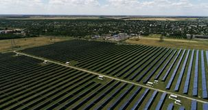 Pain?is solares, energia alternativa, obtendo a eletricidade do sol video estoque