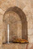 Pain sur le rebord de fenêtre dans la vieille tour, Jérusalem Image libre de droits
