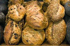Pain sur un support dans une boulangerie Images libres de droits